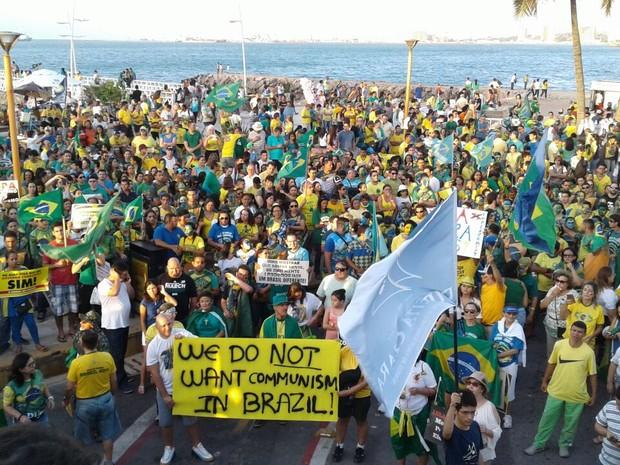 Segundo organizadores, cerca de duas mil pessoas participam de ato contra Dilma Rousseff em Fortaleza (Foto: Alessandro Torres/TV Verdes Mares)