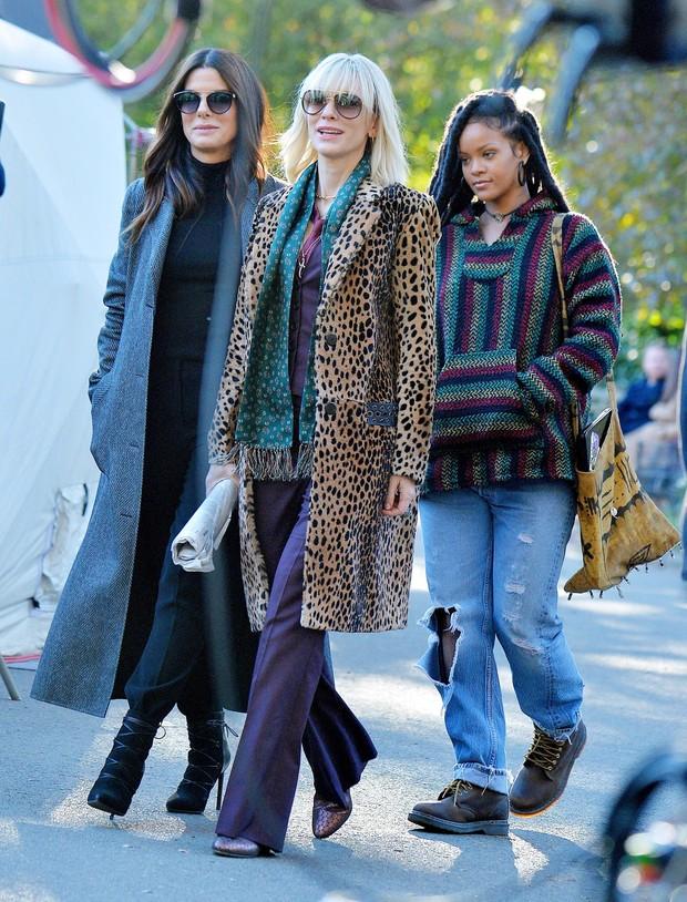 Sandra Bullock, Cate Blanchett e Rihanna em set de filmagens em Nova York, nos Estados Unidos (Foto: AKM-GSI/ Agência)