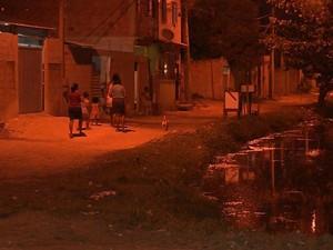 Depois da morte do jovem, os vizinhos estão preocupados com a dengue (Foto: Reprodução / TV Gazeta)