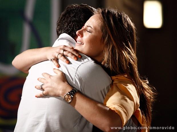 Paloma e Bruno reatam depois de assistirem a vídeo revelador de Mariah (Foto: Inácio Moraes / TV Globo)