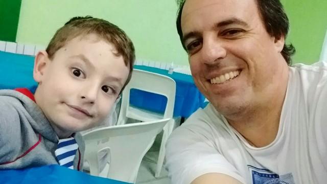 Caio Schineider e seu pai Alex Ferreira, cinegrafista da TV Tribuna. (Foto: Alex Ferreira / Arquivo Pessoal)