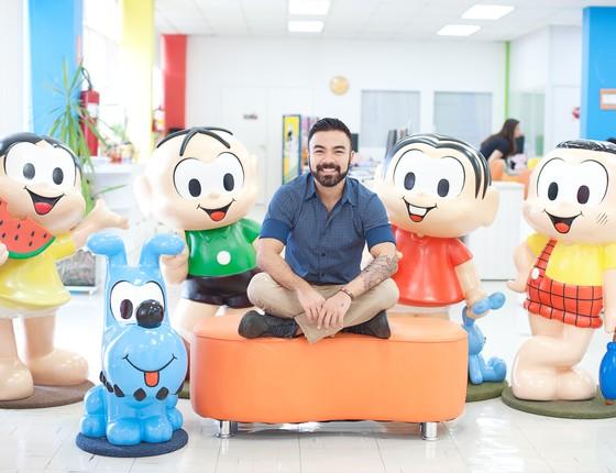 Mauro Sousa posa com alguns dos personagens da Turma da Mônica (Foto: Divulgação)