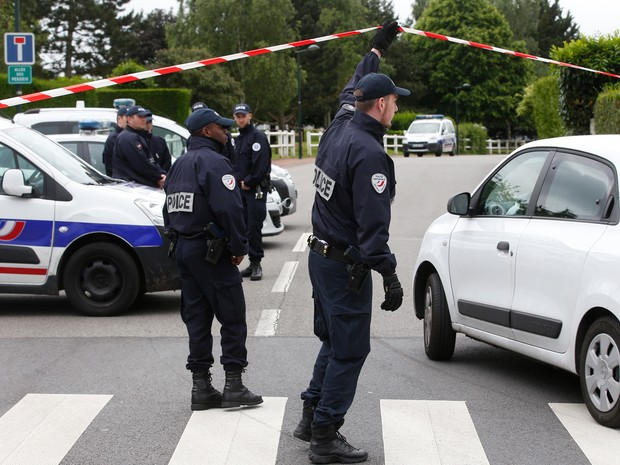 Polícia francesa faz inspeção nesta terça-feira (14) na região onde um casal de policiais foi morto em Magnanville, na região de Paris (Foto: Thibault Camus/ AP)