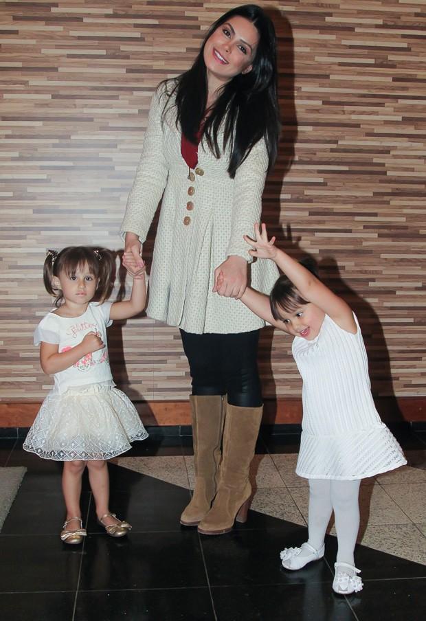 Natália Guimarães com as filhas (Foto: Marcos Ribas/Brazil News)