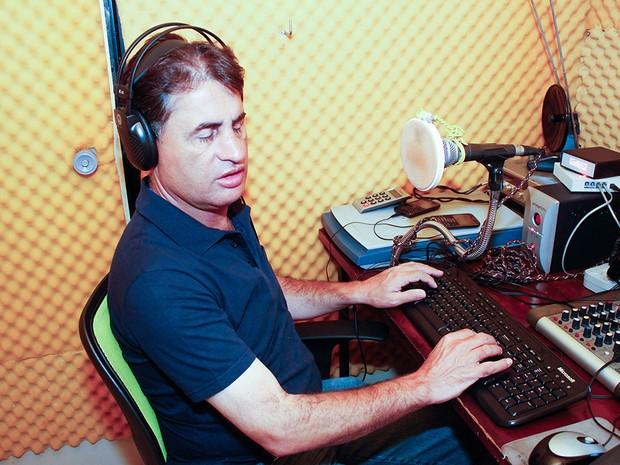 Antonio Cezar trabalha como voluntário em rádio de Américo Brasiliense (Foto: André Luiz Padilha/Arquivo Pessoal)