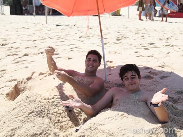 Brendow Goyaz, o Minhoca, e Lucca Diniz, o Junior, brincam na areia (Foto: Carol Caminha / TV Globo)