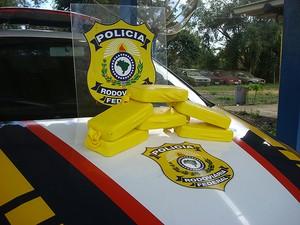 Crack apreendido dentro de ochila na BR-116, na Bahia (Foto: PRF/ Divulgação)