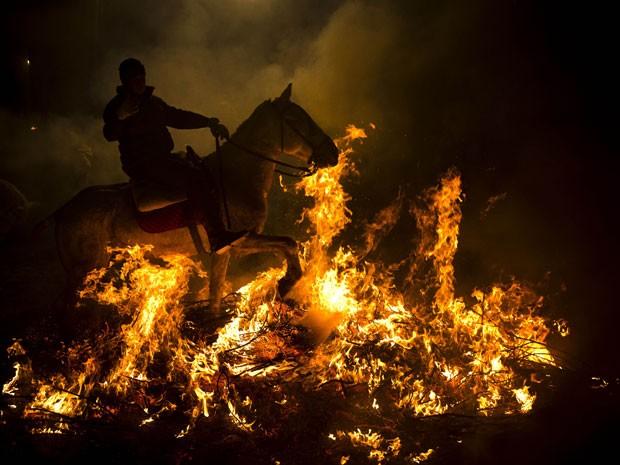 Festa destina-se a purificar os animais com a fumaça do fogueiras, bem como protegê-los pelo resto do ano (Foto: Daniel Ochoa de Olza/AP)