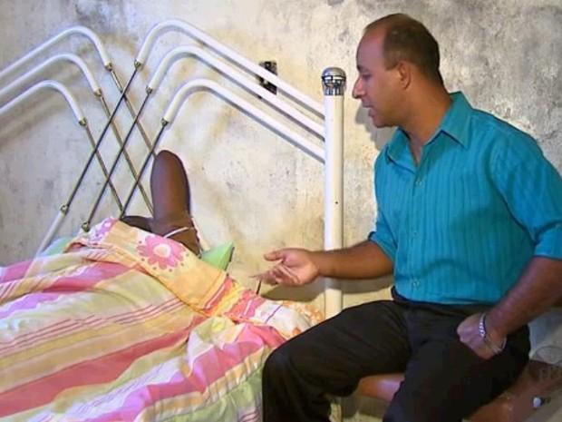 15 dias após a agressão, idoso de 71 anos, agora se recupera em casa, em Ipeúna (Foto: Felipe Lazarotto/EPTV)
