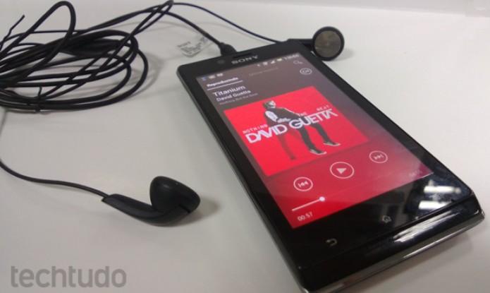 Xperia J vem acompanhado de fones de ouvido auriculares com qualidade mediana (Foto: Elson de Souza/TechTudo)