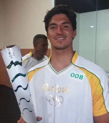 Gabriel Medina tocha olímpica (Foto: João Gabriel Rodrigues)