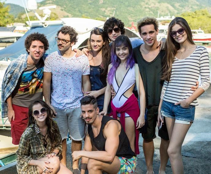 Na pausa das gravações, Camila Queiroz, Agatha Moreira, Gabriel Leone e grande elenco posam para as lentes do Gshow (Foto: Isabella Pinheiro/Gshow)
