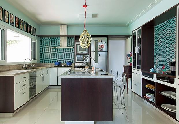 Cozinha: Os azulejos retrô, da Portobello, revestem as paredes. Móveis planejados, da SCA. Os pendentes Cage, design de Sean Dare, são da CB2, de Miami (Foto: Cacá Bratke)