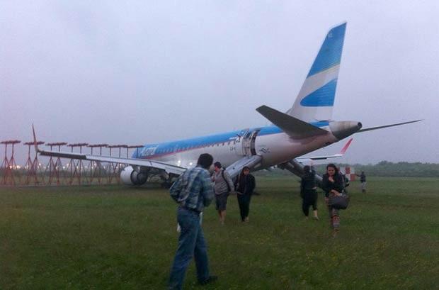 Aeronave saiu da pista após pouso no Aeroporto de Ezeiza, na capital argentina (Foto: Estadão Conteúdo)