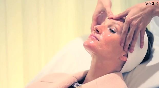 Gisele Bündchen posa para a Vogue Itália (Foto: Youtube / Reprodução)