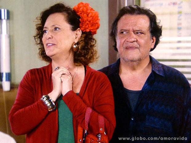 Márcia se encanta, mas Atílio... (Foto: Amor à Vida/ TV Globo)