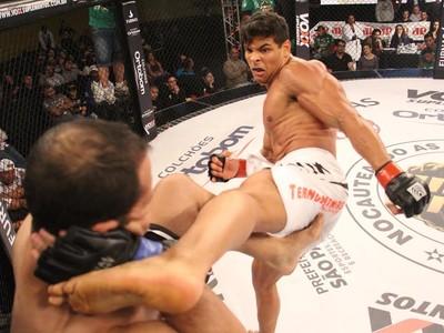 Paulo Borrachinha vence Adriano Balby e mantém cinturão do Jungle Fight (Foto: Divulgação)