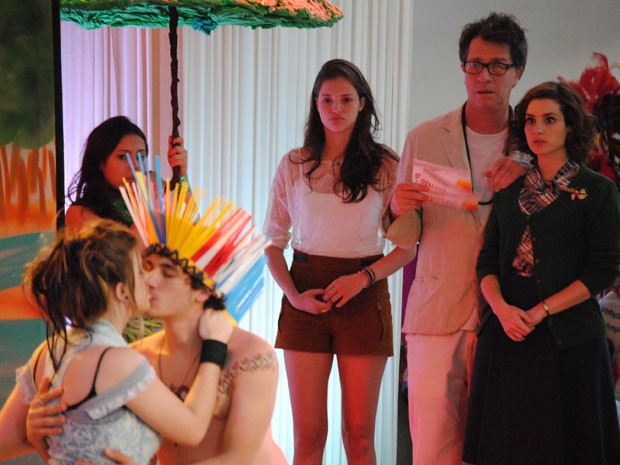 Ju vê o beijo entre Dinho e Lia e fica chocada (Foto: Malhação / Tv Globo)