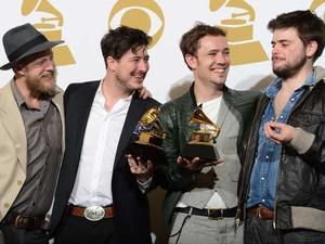 Ben Lovett, Marcus Mumford, Winston Marshall e Dwane Ted integram a banda Mumford & Sons, vencedora do melhor álbum no Grammy. (Foto: Robyn Beck / AFP Photo)