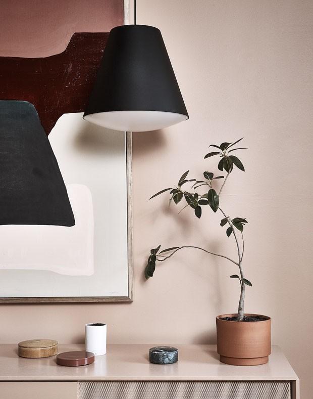 Rosa esmaecido e preto colorem casa-escritório (Foto: Terence Chin/Divulgação)