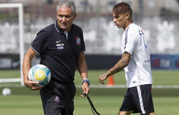 Tite e Paolo Guerrero durante treino do Timão no CT Joaquim Grava (Foto: Daniel Augusto Jr/Agência Corinthians/reprodução Globoesporte.com)
