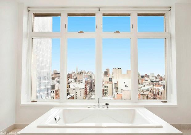 Os banheiros do duplex têm vista para o Empire State (Foto: reprodução)