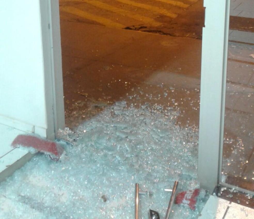Ladrões tentar roubar caixa eletrônica em Uniflor na madrugada desta sexta-feira (30) (Foto: Divulgação/Polícia Militar)