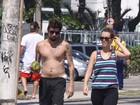 Juliana Didone caminha com o namorado na orla do Rio