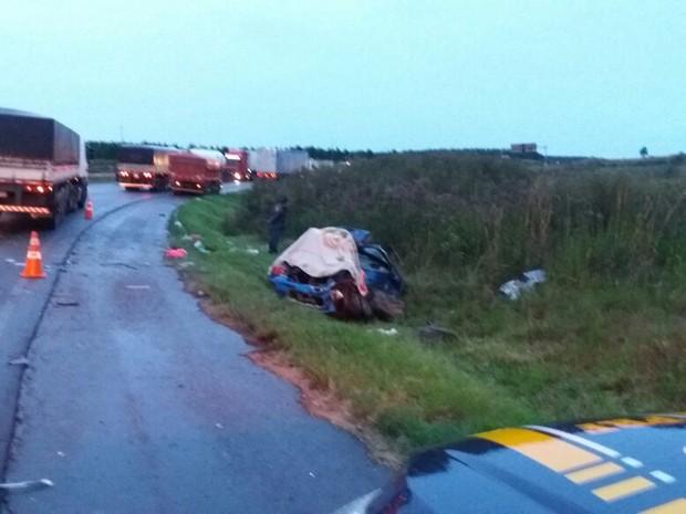 Acidente ocorreu perto da divida com o Paraná, na BR-153 (Foto: PRF/Divulgação)