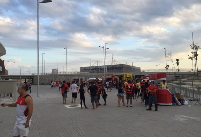Trailers de food truck na parte externa da Arena Carioca 2 (Foto: Thales Soares)