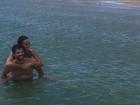 Sabrina Sato e Duda Nagle posam abraçadinhos no mar