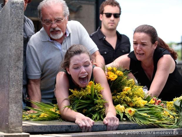 Linda surta no enterro da irmã, com saudades de Rafael  (Foto: Pedro Curi / TV Globo)
