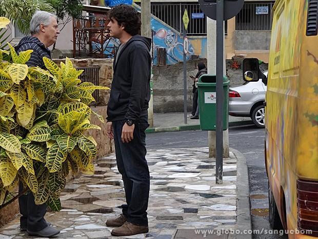 Enquanto conversa com Silvério, Bento nem nota que está sendo fotografado (Foto: Sangue Bom/TV Globo)