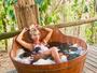 Grávida, Karina Bacchi aproveita banho relaxante no ofurô: 'Bom dia'