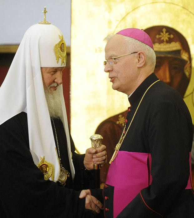 Patriarca Kirill , líder da Igreja Ortodoxa Russa (esq.), e o arcebispo Jozef Michalik, líder da Igreja Católica Polonesa, em encontro em Varsóvia nesta quinta (16) (Foto: AP)
