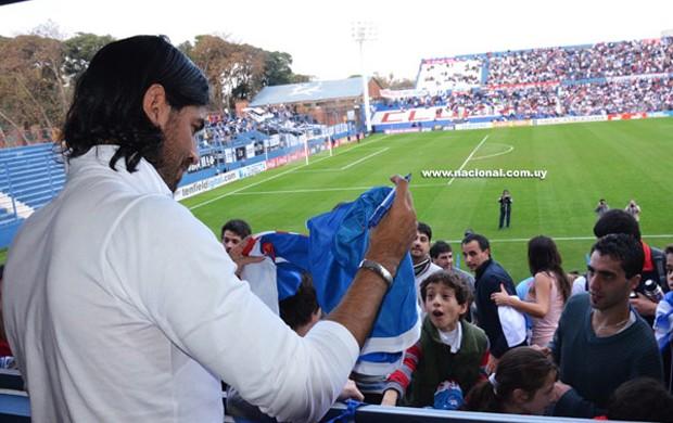 Loco abreu estádio nacional-UR (Foto: Divulgação / Site oficial do Nacional-URU)