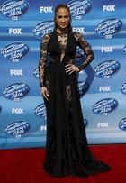 Jennifer Lopez usa longo com transparências em programa de TV