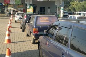 Motoristas formam fila em posto de gasolina com 45% de desconto no RS (Foto: Luiz Carlos Garcia/RBS TV)