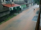 Chuva forte deixa ruas alagadas em bairros de Barra Mansa, RJ