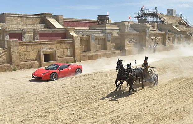 Ferrari compete contra biga em cenário de Ben Hur (Foto: AFP)