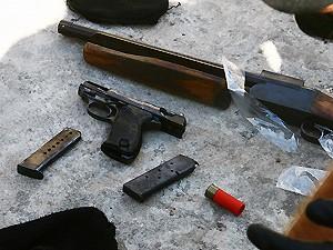 No local foram apreendidas armas, drogas e capuzes (Foto: Diego Cantilino)
