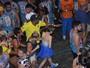 Isabella Santoni passa por 'pipoca' e é escoltada no Carnaval da Bahia
