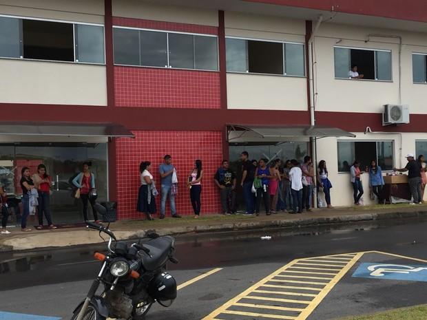 ENEM 2016 - DOMINGO (6) –  Boa Vista (RR) Candidatos aguardam abertura dos portões na UFRR, em Boa Vista  (Foto: Inaê Brandão/G1 RR)