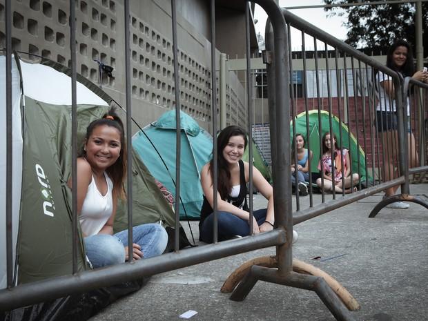 Fãs do One Direction posam em suas barracas na tarde de quinta-feira (10) no Morumbi, em São Paulo (Foto: Caio Kenji/G1)