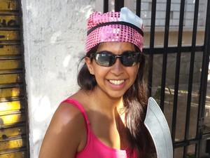 09.02 - Turista estrangeira ficou encantada com o carnaval de Belo Horizonte (Foto: Thaís Pimentel/ G1)