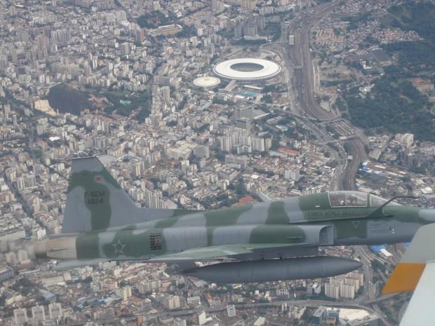 Simulação de patrulhamento do espaço aéreo do Rio com o Maracanã ao fundo (Foto: Alba Valéria Mendonça/ G1)