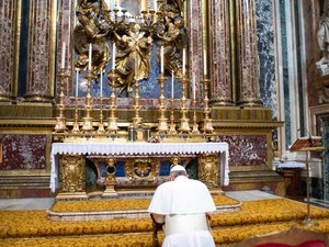 O Papa Francisco reza para Santa Maria na Igreja de Santa Maria Maggiore, nesta quinta-feira (14), em Roma (Foto: Reuters/Osservatore Romano)