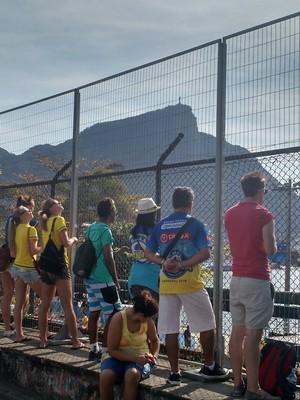 Sem ingresso, público vê prova de remo no entorno da Lagoa (Foto: Fred Huber)
