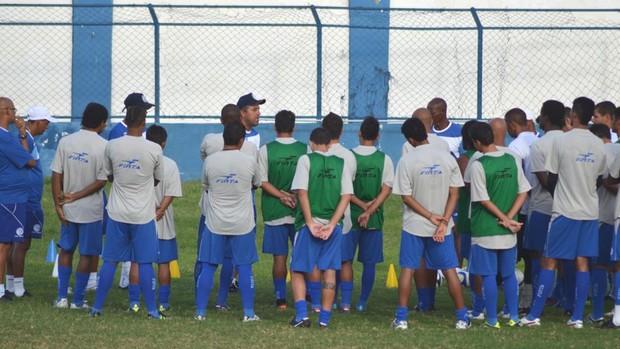 Gilberto Pereira conversa com os jogadores antes da partida (Foto: João Áquila/GLOBOESPORTE.COM)