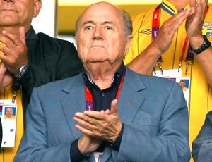 Blatter assiste a partida de futebol feminino entre França e Suécia (Foto: Reuters)